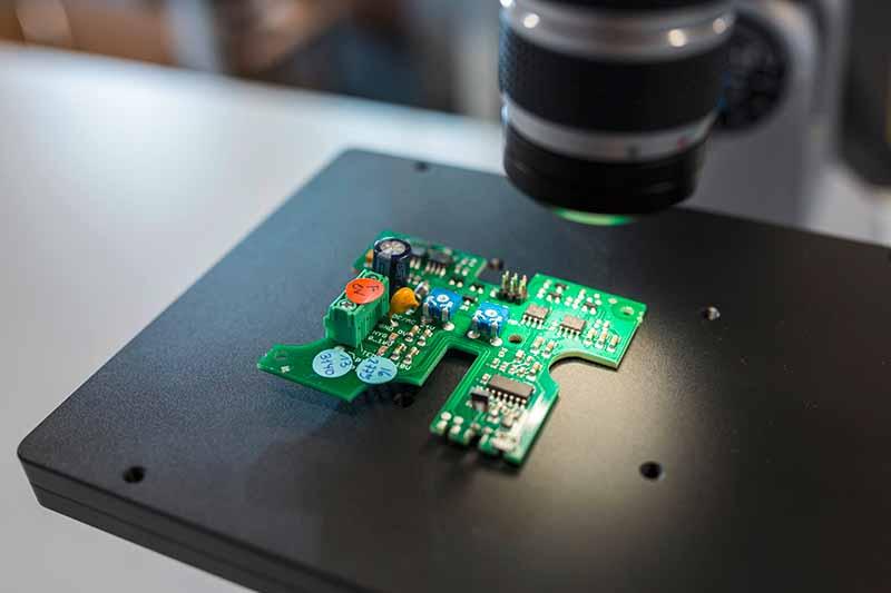 Leiterplatte unter Mikroskop